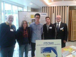 Thierry Neuville s'intéresse au travail de la CYS-TEAM et lui souhaite bonne chance.